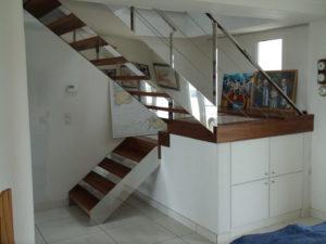 Escalier-demi-tour-avec-palier-limon-à-la-française-en-inox-poli-marches-en-noyer-1-300x225