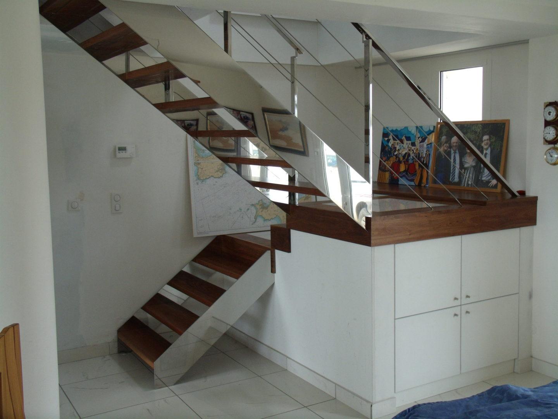 Escalier-demi-tour-avec-palier-limon-à-la-française-en-inox-poli-marches-en-noyer