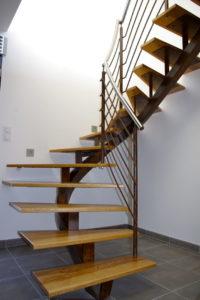 Escalier-demi-tour-débillardé-finition-rouillé-marches-en-frêne-200x300