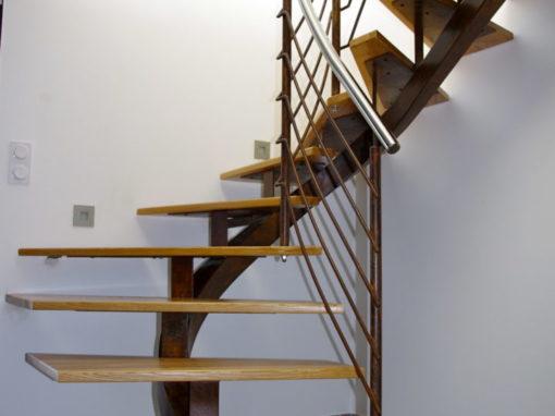 Escalier-demi-tour-débillardé-finition-rouillé-marches-en-frêne-510x382