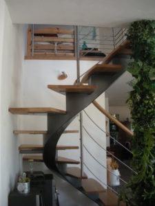 Escalier-demi-tour-limon-central-en-crémaillère-débillardé-marches-en-chêne-225x300