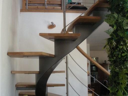 Escalier-demi-tour-limon-central-en-crémaillère-débillardé-marches-en-chêne-510x382