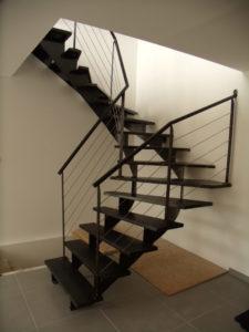 Escalier-demi-tour-limon-en-crémaillère-marches-en-tôle-finition-patinée-vernie-225x300