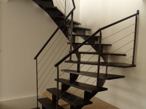 Escalier-demi-tour-limon-en-crémaillère-marches-en-tôle-finition-patinée-vernie-510x382