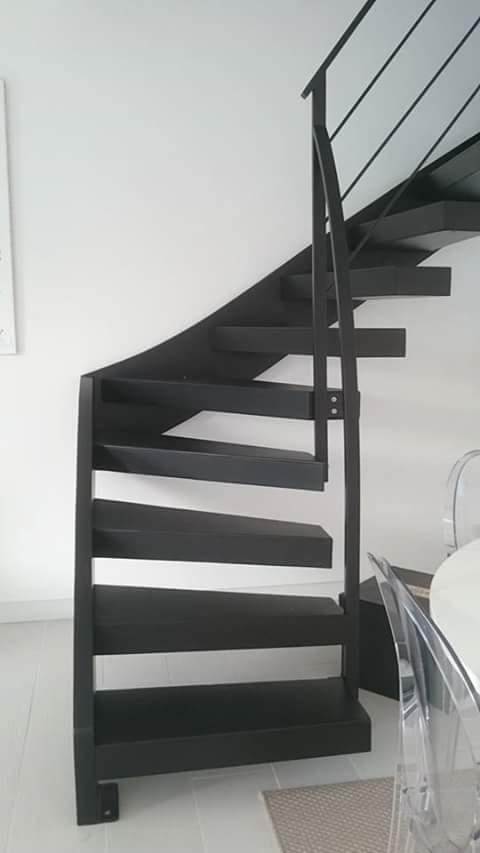 Escalier-deux-quarts-tournant-tout-métal-marches-en-porte-à-faux-2