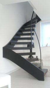 Escalier-deux-quarts-tournant-tout-métal-marches-en-porte-à-faux-3-169x300