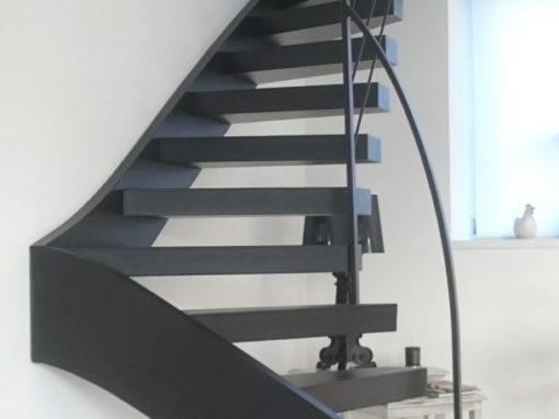 Escalier-deux-quarts-tournant-tout-métal-marches-en-porte-à-faux-3-510x382