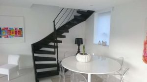 Escalier-deux-quarts-tournant-tout-métal-marches-en-porte-à-faux-300x169