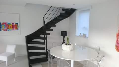 Escalier-deux-quarts-tournant-tout-métal-marches-en-porte-à-faux