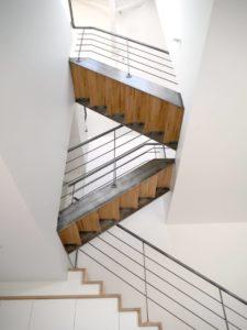 Escalier-droit-limon-à-la-française-métal-brut-verni-2-225x300