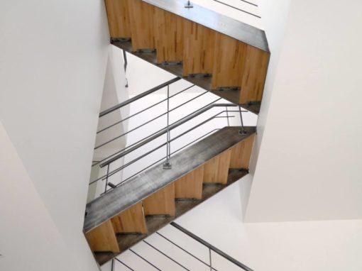 Escalier-droit-limon-à-la-française-métal-brut-verni-2-510x382