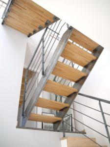Escalier-droit-limon-à-la-française-métal-brut-verni-225x300