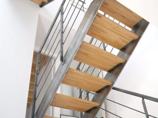 Escalier-droit-limon-à-la-française-métal-brut-verni-510x382