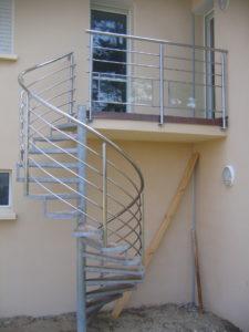 Escalier-extérieur-en-acier-galva-marches-en-bois-225x300