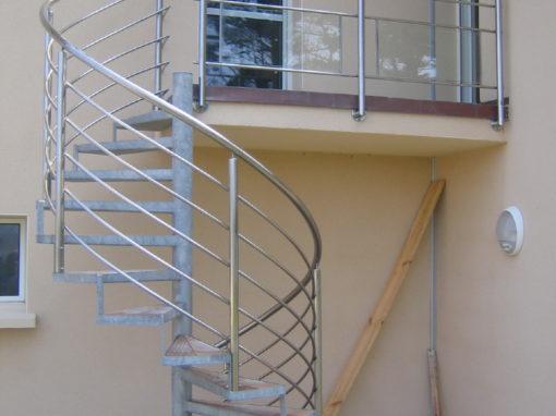 Escalier-extérieur-en-acier-galva-marches-en-bois-510x382