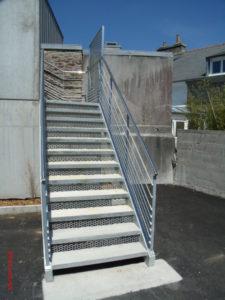 Escalier-extérieur-marches-en-béton-lavé-225x300