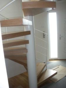 Escalier-hélicoîdal-marches-en-chêne-sans-support-apparent-225x300