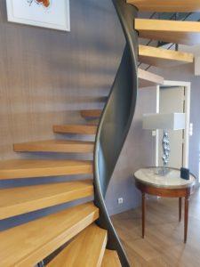 Escalier-hélicoïdal-limon-débillardé-marches-en-chêne-sans-support-apparent-2-225x300