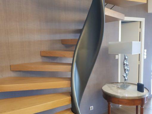 Escalier-hélicoïdal-limon-débillardé-marches-en-chêne-sans-support-apparent-2-510x382