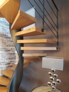 Escalier-hélicoïdal-limon-débillardé-marches-en-chêne-sans-support-apparent-225x300