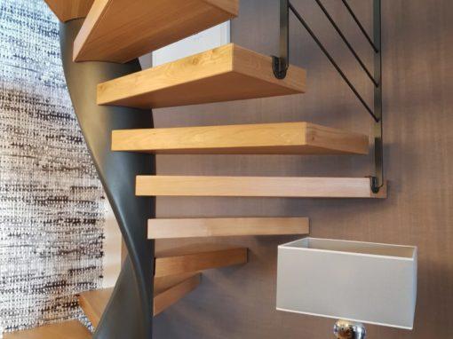 Escalier-hélicoïdal-limon-débillardé-marches-en-chêne-sans-support-apparent-510x382