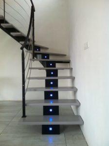 Escalier-limon-central-en-crémaillère-débillardé-avec-led-intégrés-224x300