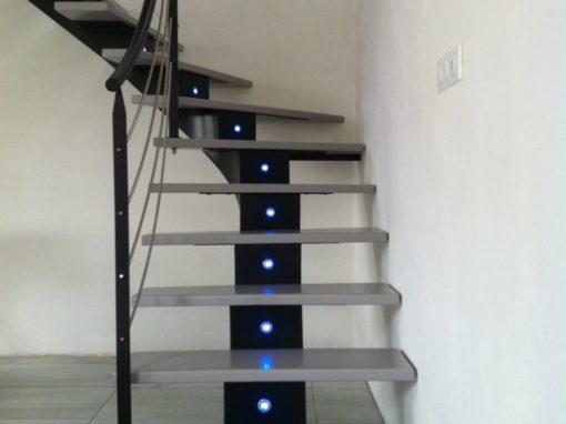 Escalier-limon-central-en-crémaillère-débillardé-avec-led-intégrés-510x382