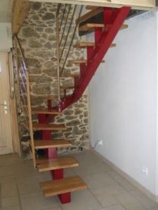 Escalier-limon-central-porteur-marches-de-500-mm-pour-mini-espace-225x300