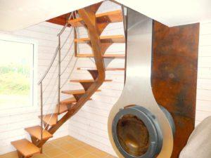 Escalier-limon-quart-tournant-finition-rouillée-avec-tôle-murale-finition-rouillée-300x225