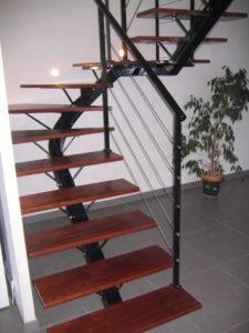 escalier-limon-central-2-quarts-tournant-acier-laqué-225x300