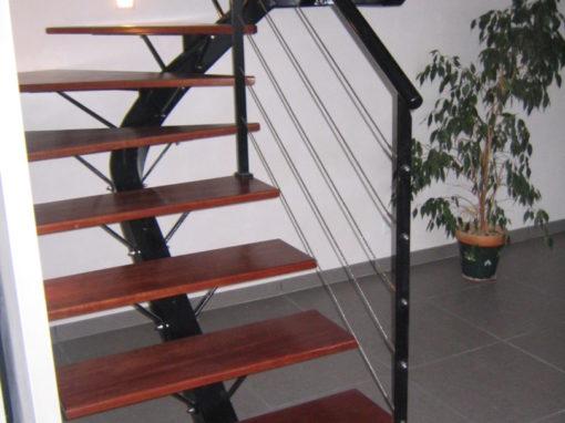 escalier-limon-central-2-quarts-tournant-acier-laqué-510x382