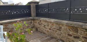 Portail-et-palissade-acier-laque-Guilers-1-300x146